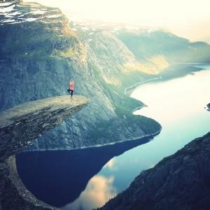 Fjord, Reisende, Frau, Norwegen, Yoga (Bild: Unsplash, Pixabay)