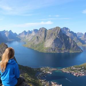 Alleinreisende Frau, Fjord, Wandern (Bild: Unsplash, Pixabay)