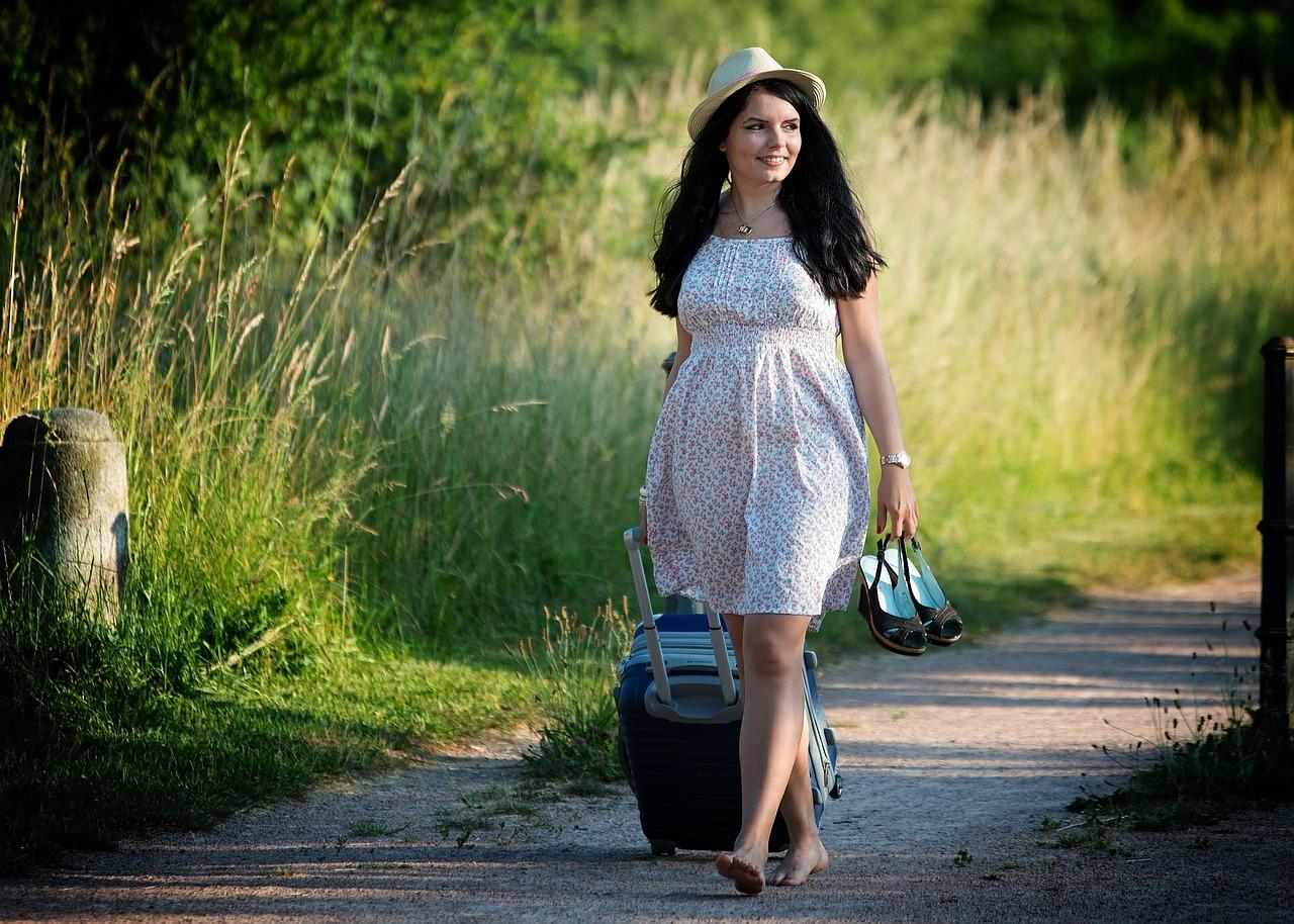 Alleinreisende Frau mit Koffer (Bild: keulefm, Pixabay)