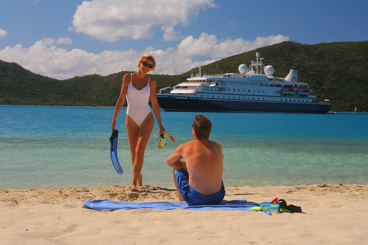 Travelers at the beach, cruise, ship, woman, man, singles, solo travelers, forum, community, cruises for solo travelers (Image: tigertravel, Pixabay)