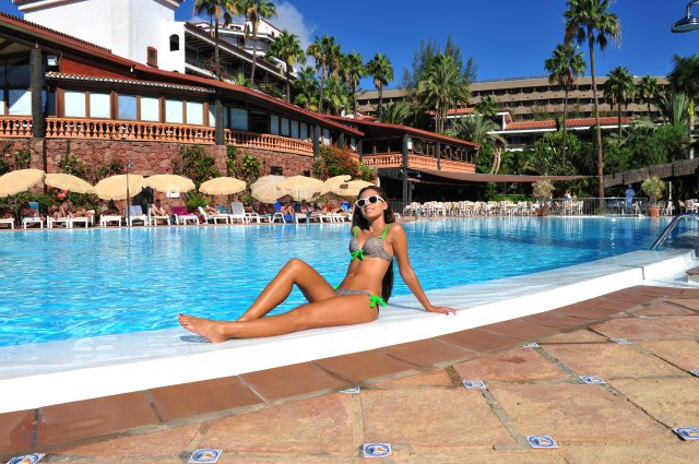 pool-dame_copyright_hotel-parque-tropical