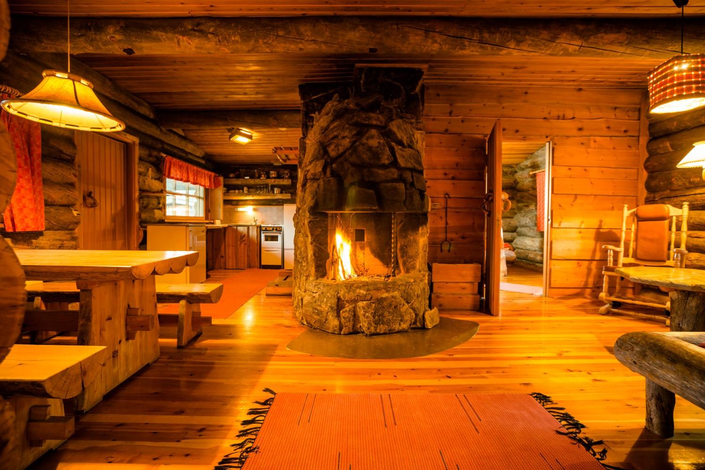 Hütte mit Kaminfeuer, Finnland, Lappland (Bild © Kakslauttanen Arctic Resort)