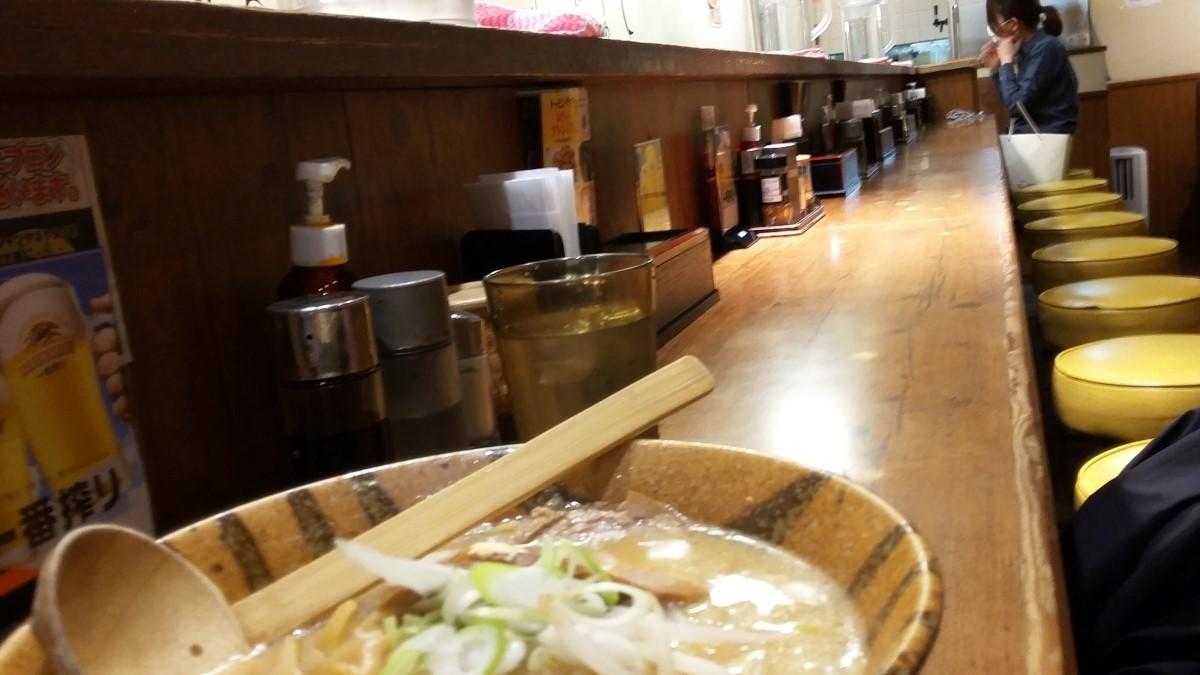 Ramen an einer Restaurantbar in Tokio