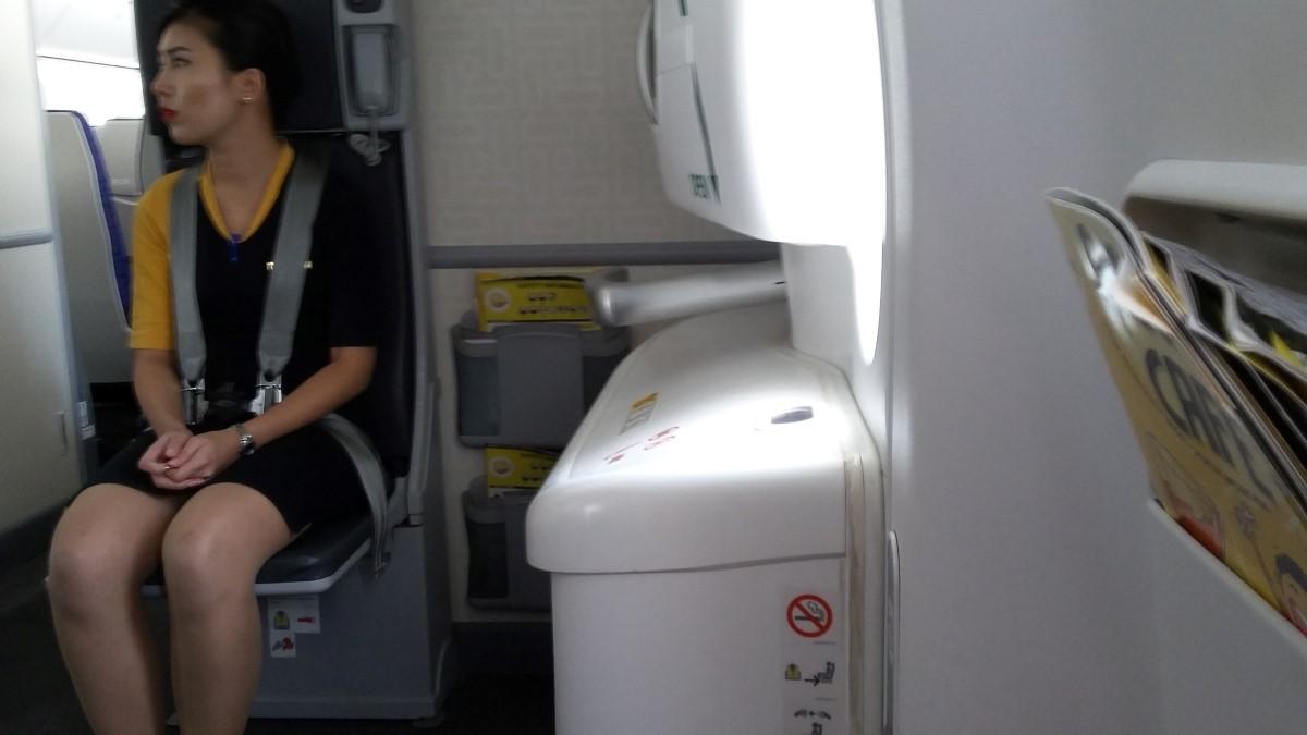 Sitz beim Notausgang am Flug nach Tokio mit scoot und Blick auf Stewardess