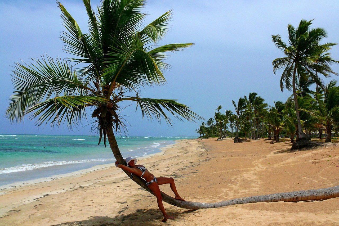 , Strand, Palmen, Sonnenuntergang, Frau, Alleinreisende, Reisende, Single, Singlereisen, Singleurlaub
