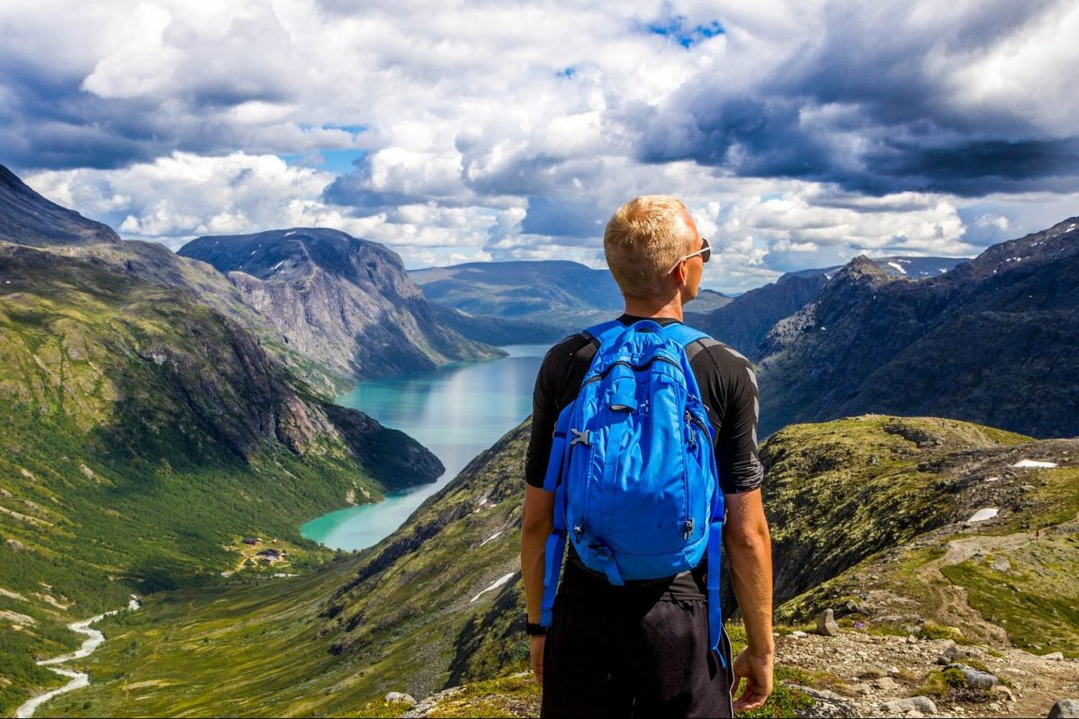 Norwegen – Norway, Reisender, Wandern, Fjord, Mann, Rucksack, Alleinreisender