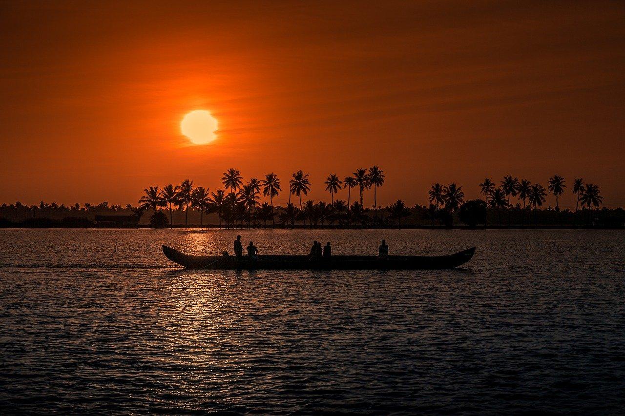 Indien, Strand, Palmen, Sonnenuntergang, Kerala, Aleppay, Boot, Fischer, Singlereisen, Solo Travel (Bild: ponrajk22, Pixabay)